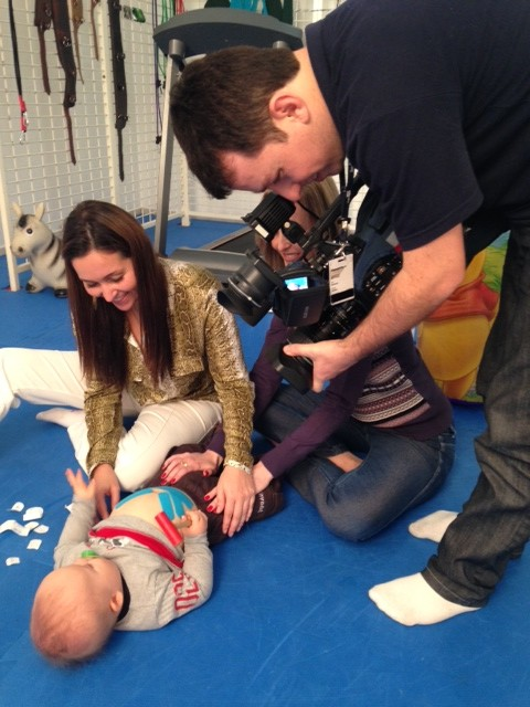 Bandagens são usadas no tratamento de pessoas com síndrome de down (Foto: Mayara Vieira/RBS TV)