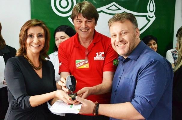 Laura Medina e Fernando Alencastro representaram a repórter na premiação (Foto: Divulgação/RBS TV)