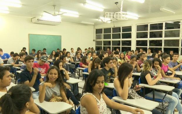 Mais de 100 alunos comparecem às aulas do cursinho pré-enem na Ufac (Foto: Acre TV)