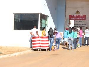 Ingrid Calheiros esperou quase uma hora para entrar na Penitenciária. (Foto: Valdivan Veloso/G1)