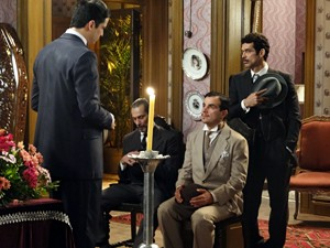 Mundinho, Douglas, Pelópidas e Josué são os únicos que comparecem ao velório (Foto: Gabriela / TV Globo)