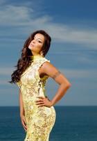 Carol Nakamura posa em ensaio com looks amarelos, tendência neste verão
