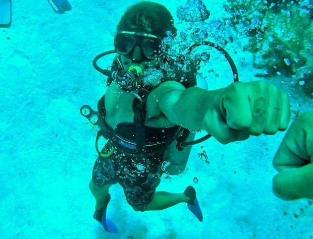 Caio Castro em mergulho em Roatan, Honduras (Foto: Reprodução/Instagram)