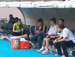 Marcos Rocha faz tratamento no treino do Atlético-MG no estádio Jalisco, no México (Foto: Fernando Martins Y Miguel)