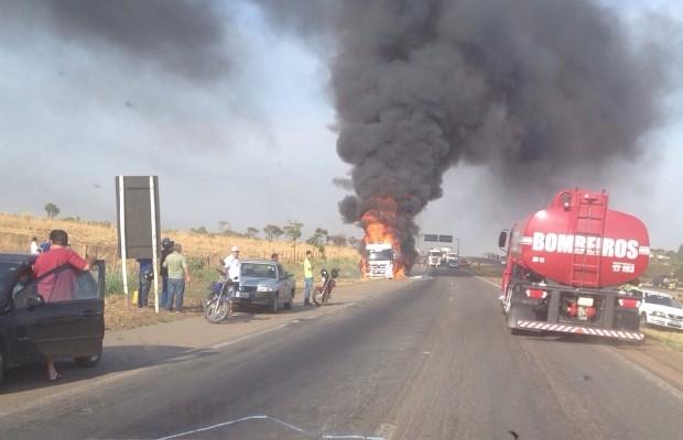 Foram necessários quatros carros do Corpo de Bombeiros para controlar as chamas, em Anápolis, Goiás (Foto: Divulgação/PRF)