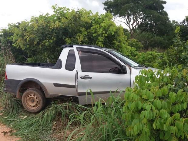 Criminosos abandonaram o carro e fugiram em uma motocicleta (Foto: Jairo Santos/TV Anhanguera)