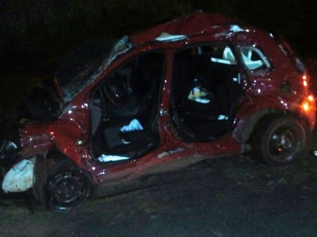 Carro dirigido pelo homem de 63 anos ficou destruído (Foto: Adolfo Lima/ TV TEM)