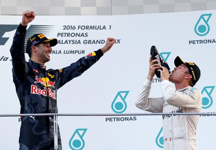 Nico Rosberg faz o shoey no pódio do GP da Malásia e Daniel Ricciardo celebra (Foto: Reuters)