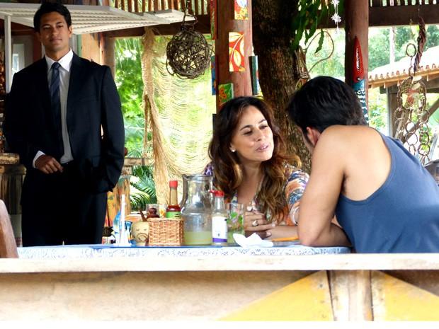 Natália e Juliano  nem percebem que Hélio está só de butuca (Foto: Flor do Caribe / TV Globo)