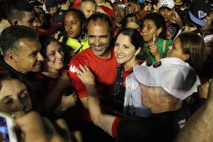 Técnico Rogério Zimmermann é abraçado pela torcida (Foto: Carlos Insaurriaga/Brasil de Pelotas)