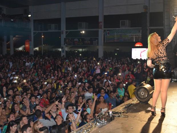 Selfies foram tiradas pelos vocalistas diretamente nos celulares de fãs (Foto: Mary Porfiro/G1)