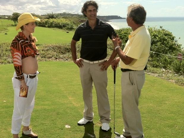 Com a barriguinha de fora, Angélica leva Marcos Pasquim para jogar golfe (Foto: Estrelas/TV Globo)