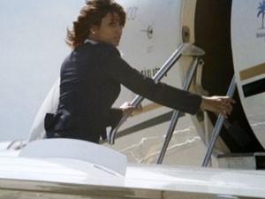 Isabel se disfarça de aeromoça (Foto: Flor do Caribe / TV Globo)