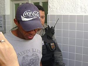 Jogador Marcelinho Paraíba é levado para carceragem da Central de Polícia de Campina Grande (PB) (Foto: Karoline Zilah/G1)
