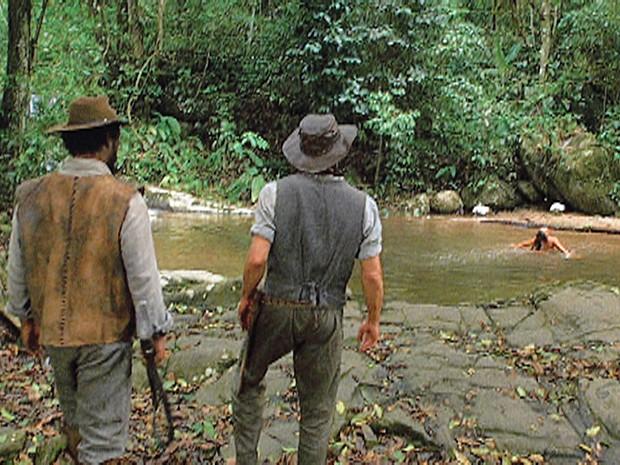 Clemente vê Fabiana nua no rio (Foto: Gabriela/TV Globo)