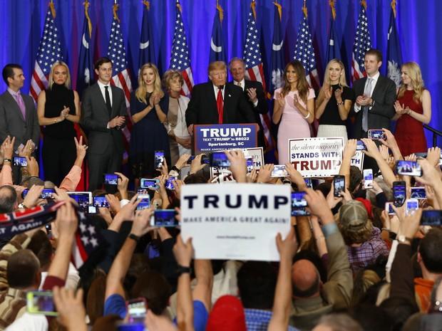Donald Trump comemora a vitória na Carolina do Sul (Foto: AP Photo/Paul Sancya)