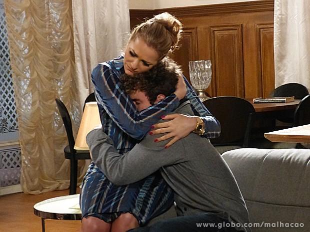 Sidney se rende ao colo da mãe e desabafa com Maura (Foto: Malhação / TV Globo)