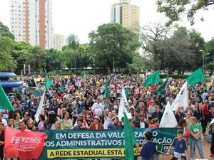 Servidores também se reuniram na praça Ary Coelho em Campo Grande. (Foto: Priscilla dos Santos/ G1 MS)