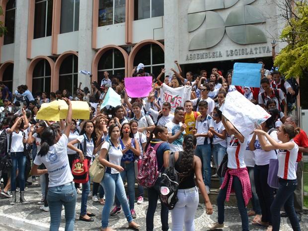 Alunos do Lyceu Paraibano caminharam até a Assembleia Legislativa, em João Pessoa (Foto: Walter Paparazzo/G1)