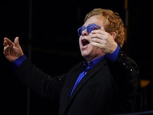 Elton John durante show no festival Poupet, em Saint-Laurent-sur-Sevre, na França, em 3 de julho de 2013 (Foto: Jean-Sebastien Evrard/AFP)