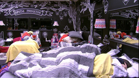 Elis, Ieda, Roberta e Vivian dormem no Quarto Preto