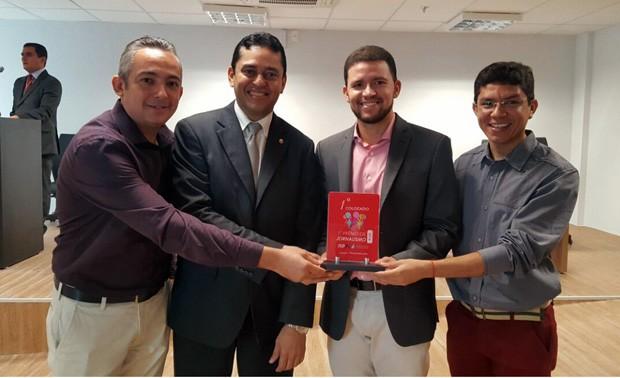 Equipe do Bom Dia Piauí recebe o prêmio em nome da emissora (Foto: TV Clube)