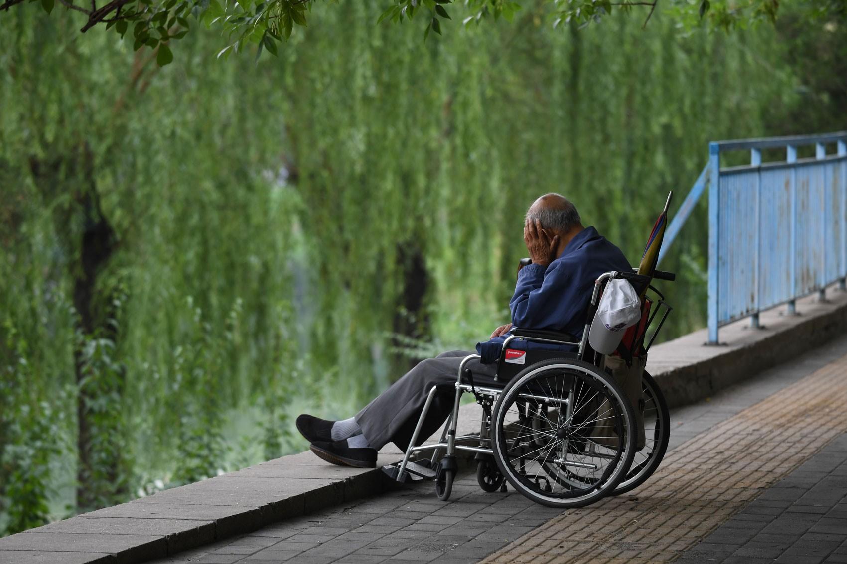 Homem idoso repousa sozinho em ponte de Pequim em 30 de maio de 2017