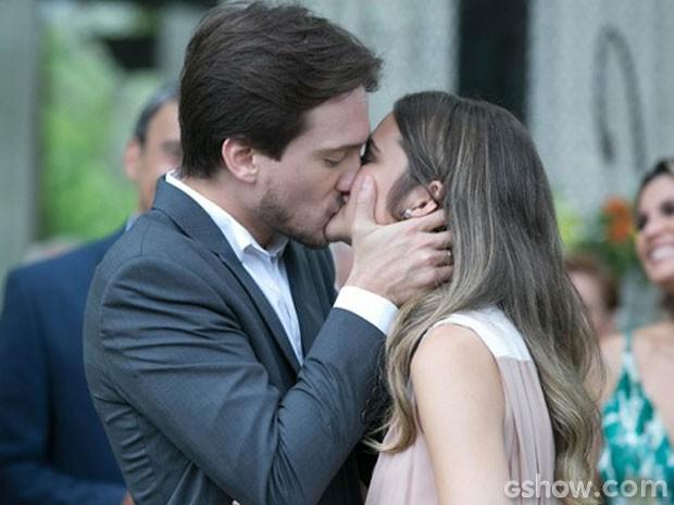 Lili e Marcelo? Quem diria... Teve até noivado no primeiro capítulo! (Foto: Além do Horizonte / TV Globo)