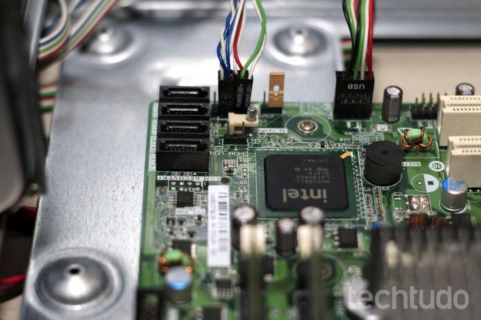 A instalação dos conectores do painel frontal muitas vezes requer uma consulta ao manual da placa, pois as cores disponibilizadas pelos fabricantes dos gabinetes podem variar.  (Foto: Itair Siqueira/TechTudo)