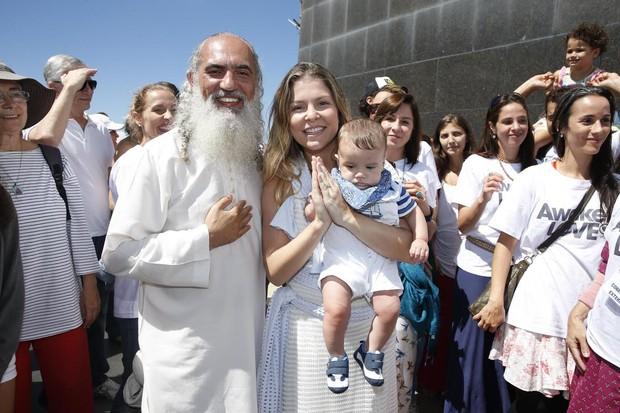 Barbara Borges leva seu filho Martin para conhecer o Sri Prem Baba no Cristo Redentor (Foto: Felipe Panfili/AgNews)