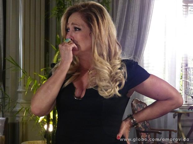 Pilar fica emocionada com a atitude de Paloma (Foto: Amor à Vida / TV Globo)