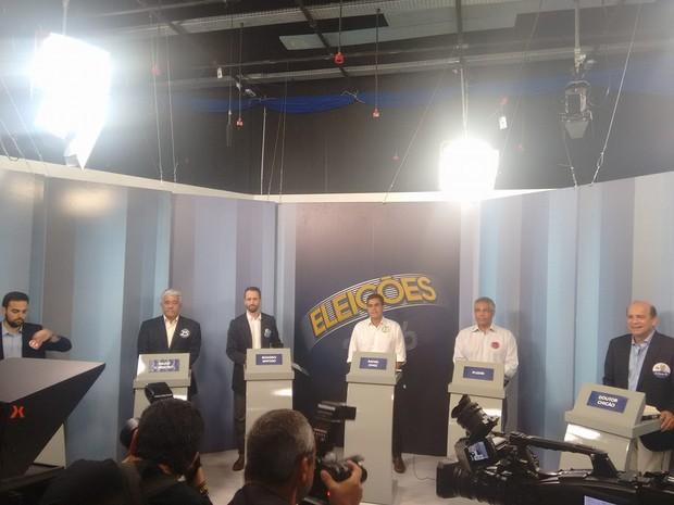 Candidatos já estão no estúdio para o debate (Foto: Stella Freitas/ G1)