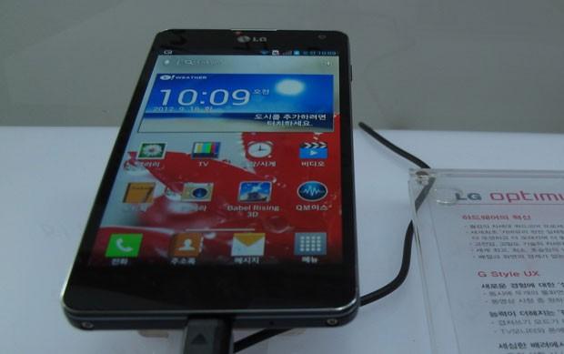 Aparelho com tela retina de 4,7 polegadas possui sistema Android 4.0  (Foto: Daniela Braun/G1)