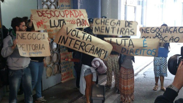 Saída dos estudantes foi acordada em audiência de conciliação na Justiça (Foto: odrigo Julio dos Santos/ RPC)