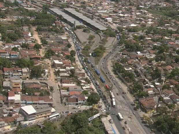 Acidente travou o trânsio na PE-15, sentido Paulista-Recife (Foto: Reprodução / TV Globo)