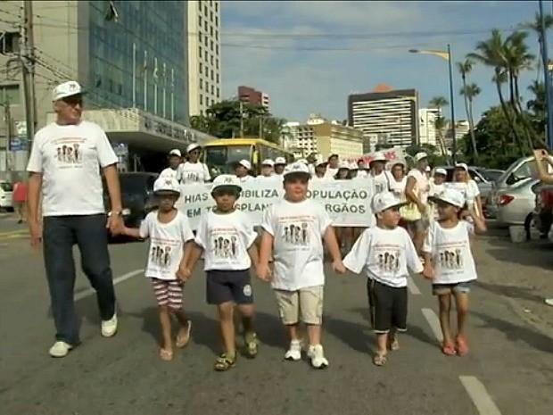 Grupo se vestiu de branco e caminhou pela Avenida Beira Mar pedindo a doação de órgãos (Foto: TV Verdes Mares/Reprodução)