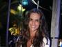 Izabel Goulart usa microshort e capricha no decote para curtir festa