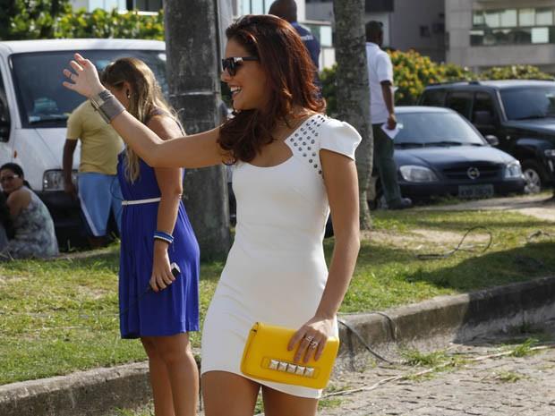 Paloma Bernardi, sempre simpática com o público, dá um tchauzinho para fãs (Foto: Salve Jorge / TV Globo)