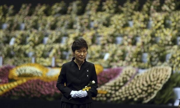 A president da Coreia do Sul, Park Geun-hye, chega a memorial em homenagem às vítimas do naufrágio da balsa Sewol nesta terça-feira (28) (Foto: Do Kwang-hwan/Yonhap/Reuters)