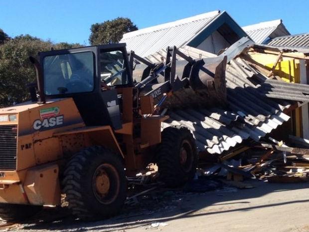 PM e Prefeitura de Pinda desocupam comércio na área do Pico do Itapeva (Foto: Marcela Mesquita/TV Vanguarda)