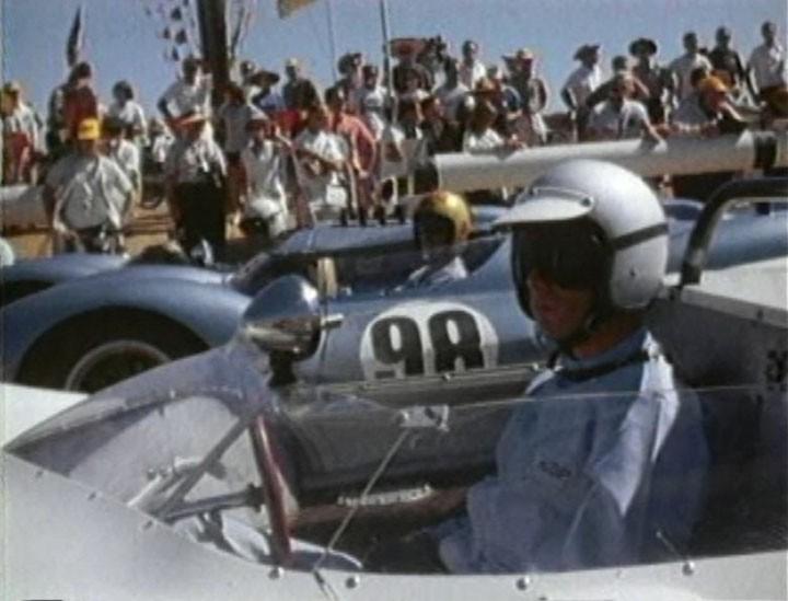 """Jim Hall com seu Chaparral na pole position, Dave MacDonald e Bob Holbert, ambos de Cooper-Ford """"King Cobra"""" na frente do grid de largada. (Foto: Reprodução)"""