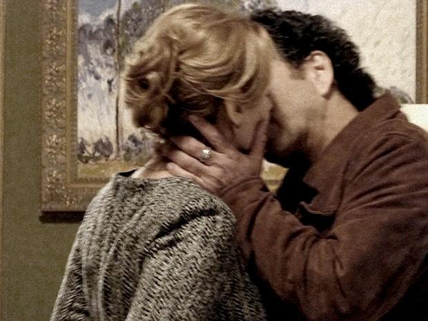 O desejo fala mais forte e Pedroso e Angela acabam se beijando (Foto: O Rebu / TV Globo)