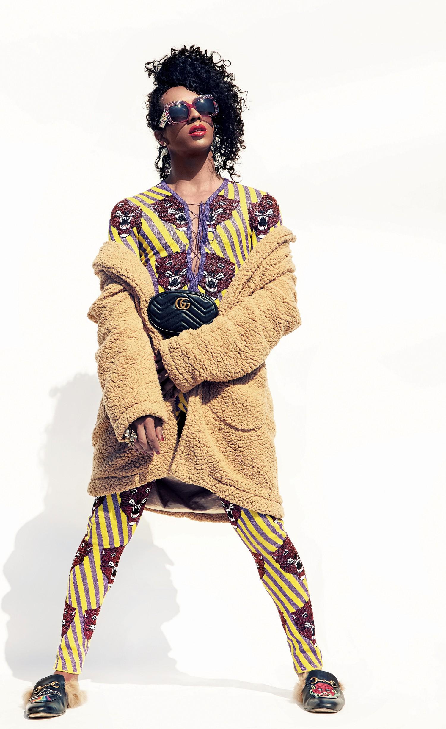 Macacão de tricô e lurex (R$ 11.250), anel (R$ 3.690) e sapatos (R$ 4.810). Casaco Cotton Project (R$ 499) (Foto: Cassia Tabatini)