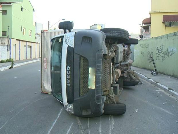 Acidente em cruzamento deixa motorista ferido em Vila Velha, Espírito Santo (Foto: Reprodução/ TV Gazeta)