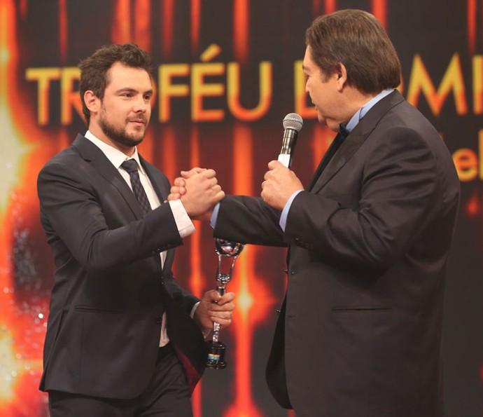 Sergio Guizé levou mais um troféu para Êta Mundo Bom! (Foto: Carol Caminha / Gshow)