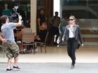 Giovanna Antonelli exibe visual loiro em gravação de novela
