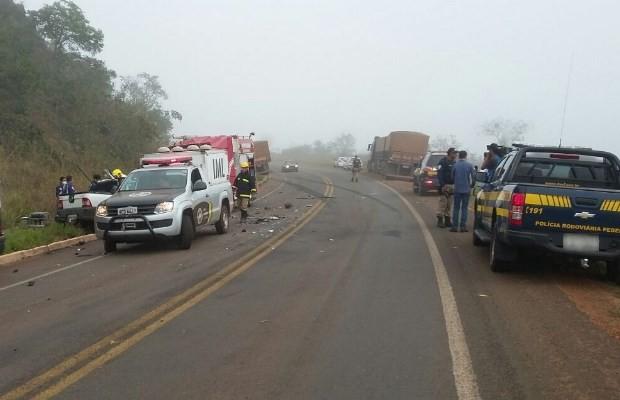 Picape invade a pista contrária e bate contra carreta na BR-158, em Goiás (Foto: Divulgação/ PRF)