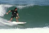Lenda das ondas gigantes, Ross Clarke surfa no Rio e fala de filme