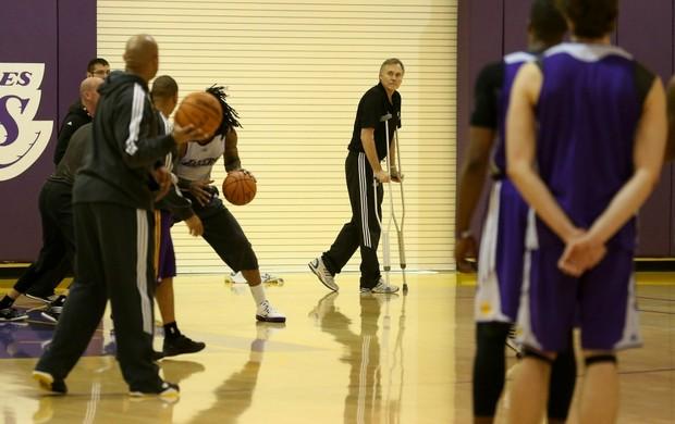 Mike D'Antoni técnico Lakers muletas (Foto: Getty Images)