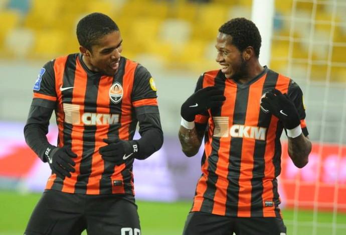 Douglas Costa e Fred Shakhtar (Foto: Divulgação / Site Oficial)